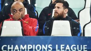 Messi y De la Fuente, el entrenador de porteros del Barça, en el banquillo del Juventus Stadium.