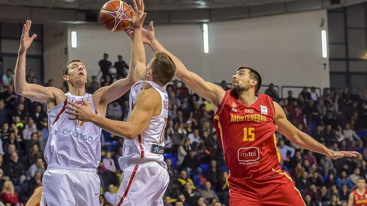 Fran Vázquez y Rabaseda (de blanco) luchan por el balón.