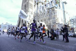 Los primeros maratonianos, a su paso por la Sagrada Família.