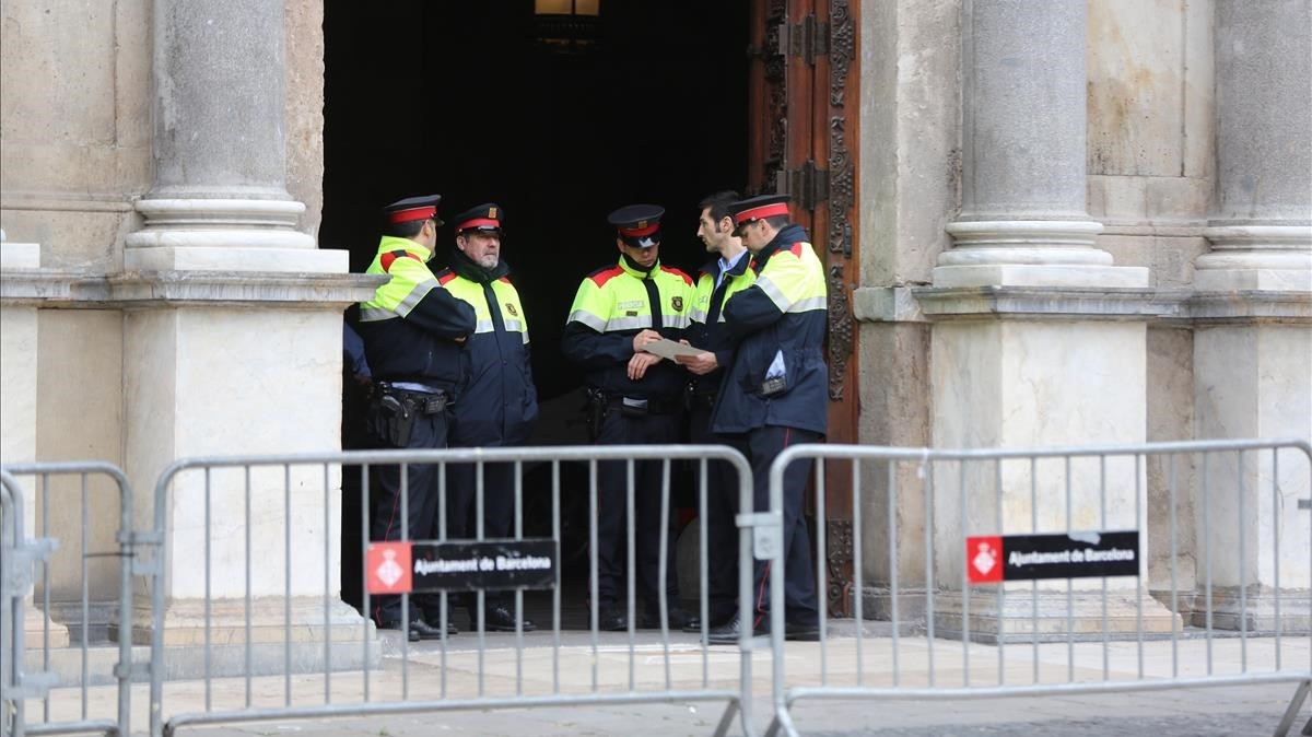 Agentes de los Mossos ante la puerta principal del Palau de la Generalitat.