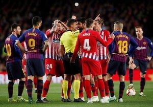 Diego Costa se encara con el árbitro, mientras sus compañeros rodean la acción, tras ser expulsado ante el Barça.