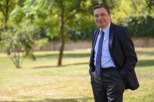 Luis Planas, ministro en funciones de Agricultura, en los jardines de La Moncloa.