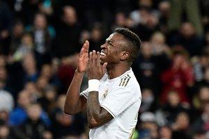 El madridista Vinicius se lamenta tras una ocasión fallada ante el Athletic.