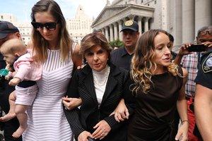 La abogada Gloria Allred (centro) junto a dos víctimas de Epstein, Teala Davies (derecha) y otra que no ha querido ser identificada, a la salida de la vista, en Nueva York.