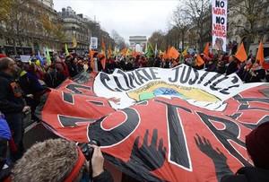 Activistas contra el cambio climático se manifiestan en París.