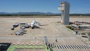Imagen de un avión en la pista de despegue del aeropuerto de Girona.
