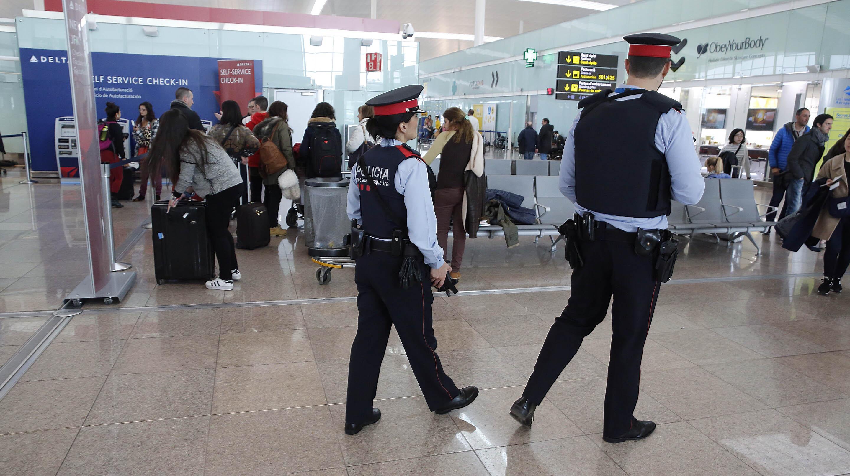 Los Mossos refuerzan la vigilancia en el metro y los aeropuertos tras los atentados en Bruselas.