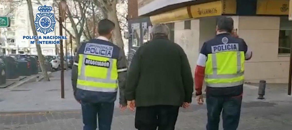 Agentes de Policía Nacional atendiendo a una víctima de secuestros virtuales.