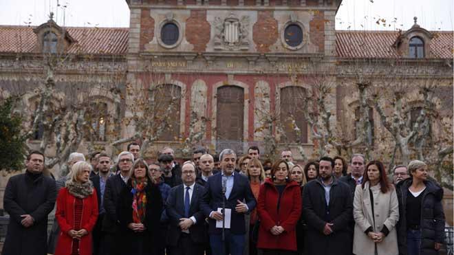 Alcaldes socialistas presentan un manifiesto en defensa de la convivencia, las libertades y la democracia a las puertas del Parlament.