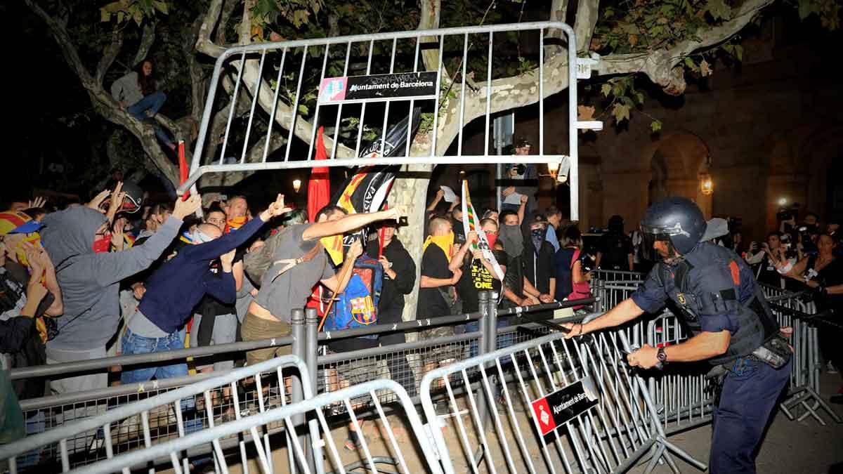 Independentistas bloquean trenes y calles de Barcelona — España
