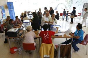 Ambiente en un colegio electoral de Roquetes, en Barcelona.