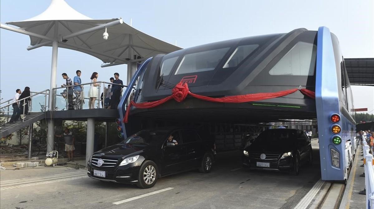 Una imagen del prototipo del autobús elevado.