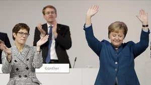 Annegret Kramp-Karrenbaue (izquierda) aplaude a Merkel en el congreso democristiano.