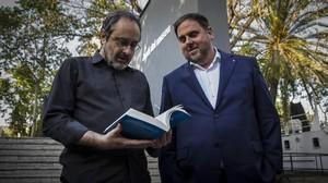 Baños, con su libro 'La República possible', junto a Junqueras.