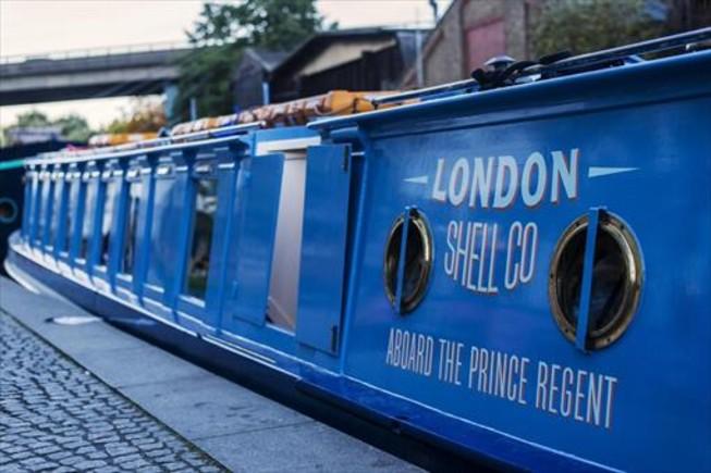 El London Shell Co, amarrado en Sheldon Square, recorre por la noche el Regent's Canal sirviendo copas y platos de pescado.