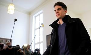 Marc Bartra, del Borussia Dortmund, llega al juicio por el atentado contra el autobús de su equipo.