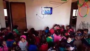 Visionado de la serie Les tres bessones en elorfanato House of Daraa, en el sur de Líbia.
