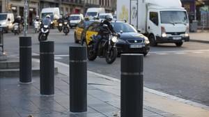 Bolardos en el acceso a la Rambla por la zona de plaza de Catalunya.