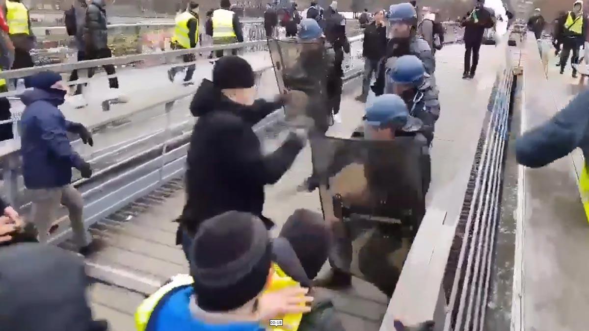 El boxeador Cristophe Dettinger golpea a los policías franceses para defender a los 'chalecos amarillos'.