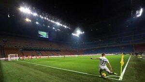 Brozovic, del Inter, lanza un saque de esquina ante un San Siro vacío.