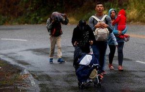 La caravana de migrantes hondureños que se dirige a Estados Unidos y que logró pasar con documentos la aduana de Agua Caliente, continúa hoy su caminata hacia la ciudad de Guatemala.