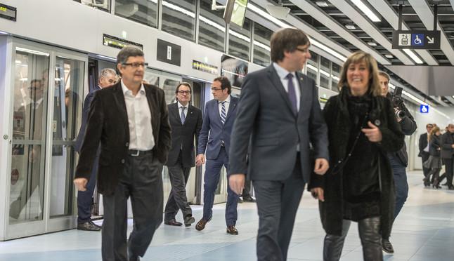 Inauguración con autoridades de la L9 Sur del metro hasta el aeropuerto. En primer término, el presidente de la Generalitat,Carles Puigdemont, y la alcaldesa del Hospitalet, Núria Marín, en una estación.