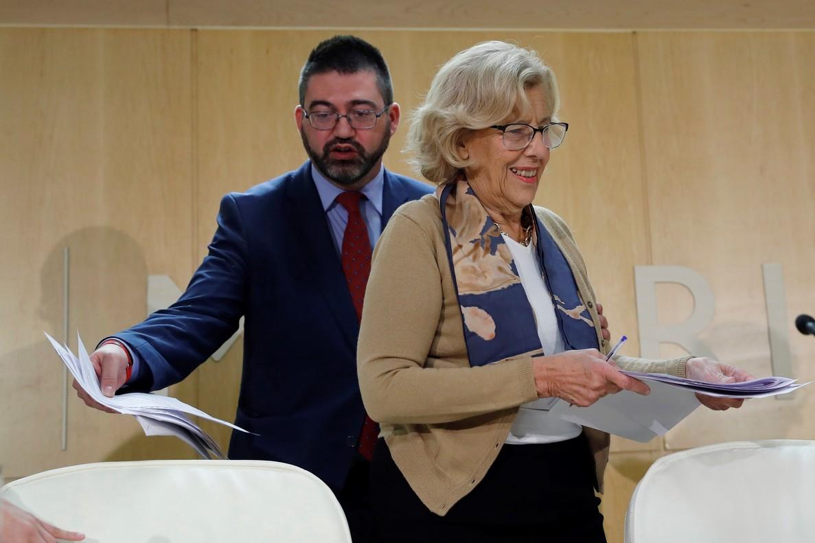 La alcaldesa de Madrid Manuela Carmena junto al delegado de Economía y Hacienda Carlos Sánchez Mato este miércoles.