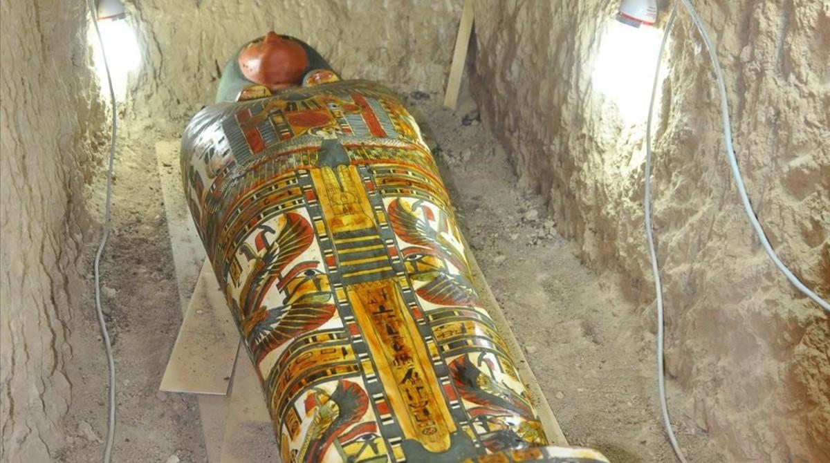 Fragmento del cartonaje de un alto funcionario de la casa real del Tercer periodo intermedio (de la Dinastía XXII) hallado en la misión arqueológica del templo de Tutmosis III en Luxor, que dirige la egiptóloga Myriam Seco.