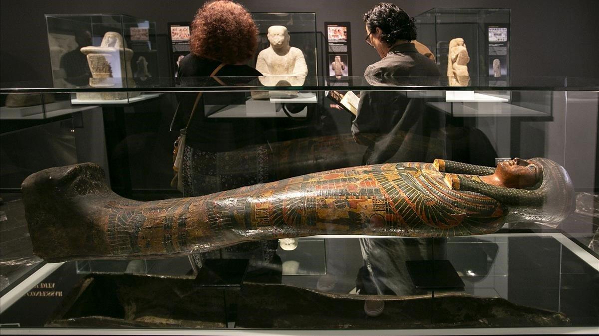 Cartonaje de la Dama de la Casa llamada Dyedmontuiuesanj, en la muestra del Egipci.
