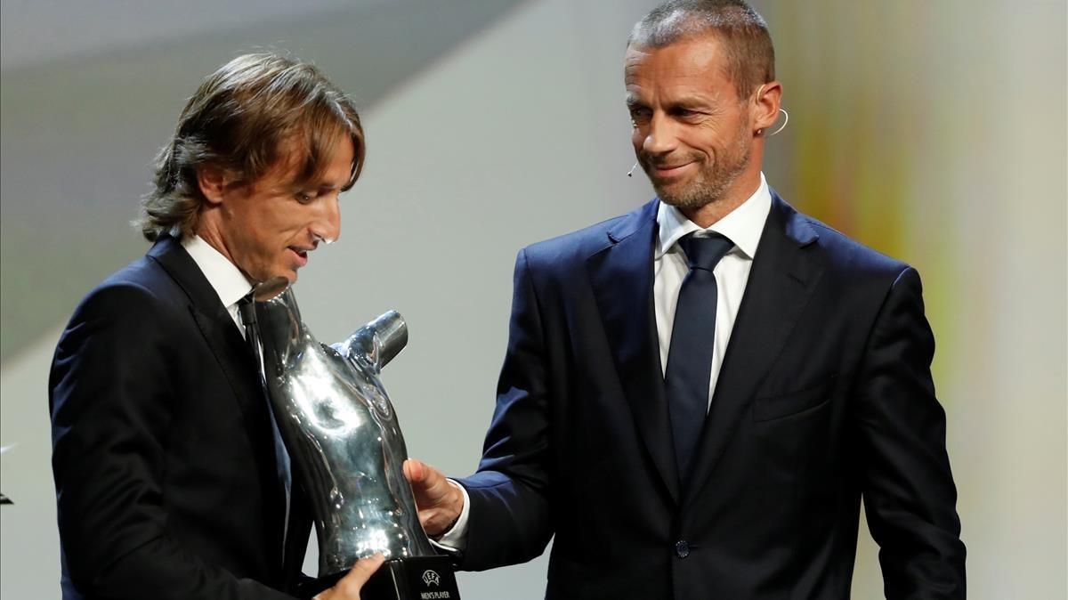 Ceferin, el presidente de la UEFA, entrega el premio de mejor jugador a Modric.