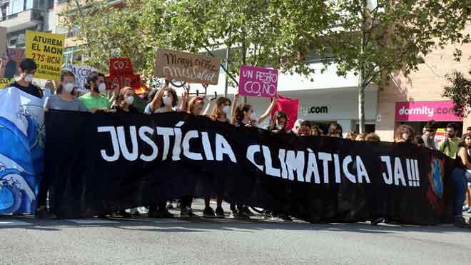 Un centenar de manifestantes convocados por Friday for future cortan la Meridiana durante una hora.