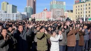 Ciudadanos norcoreanos celebran en Pionyang el lanzamiento de unmisil, el 29 de noviembre.