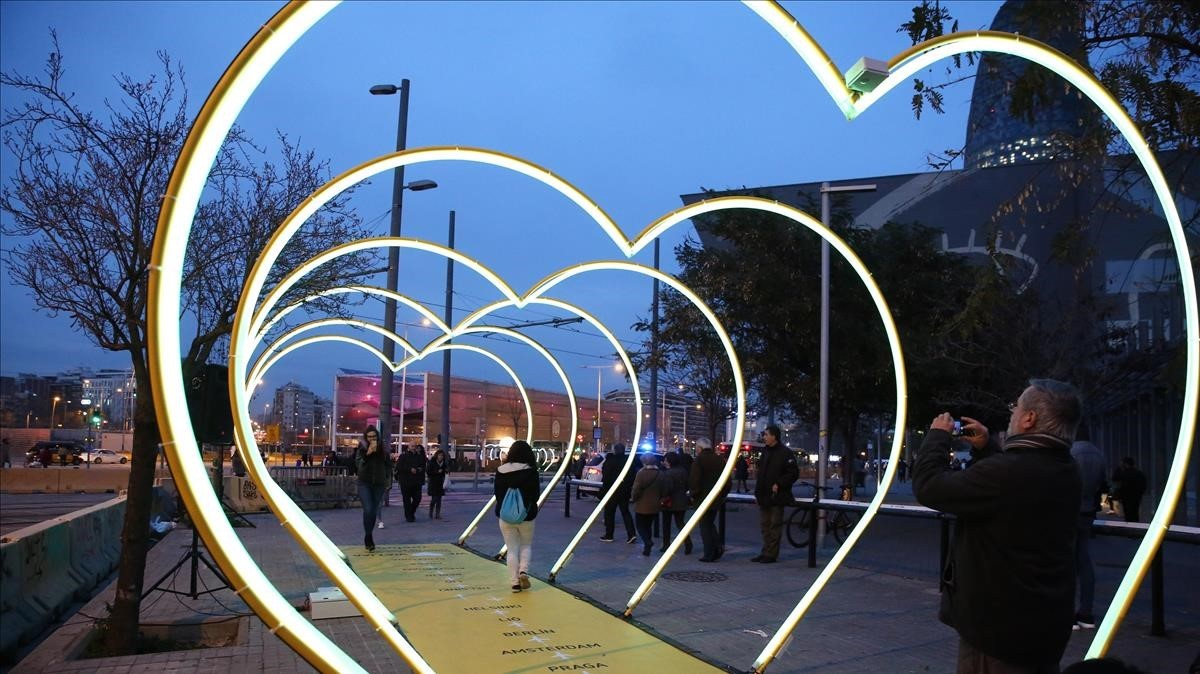 Montaje del Festival Llum Barcelona, en el Poblenou.