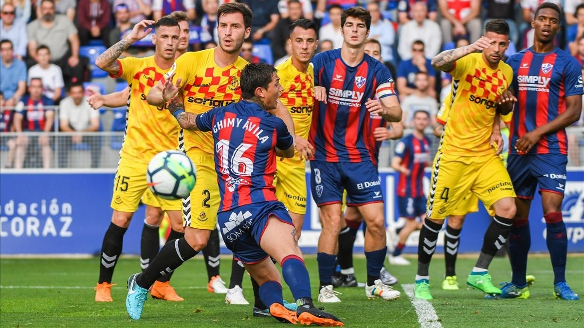 Lance del Huesca-Nàstic que acabó en empate sospechoso.