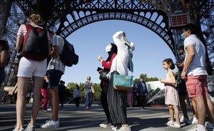 Cola para acceder a la Torre Eiffel el día de su reapertura tras la pandemia.