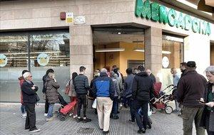 Colas ante un supermercado Mercadona en Poblenou por el miedo al desabastecimiento por el coronavirus.