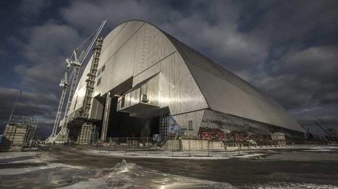 Comienza la instalación del sarcófago movil en Chernóbil.