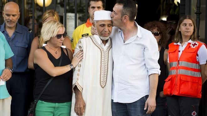 Silvia Mompart y su marido Javier Martínez, padres del pequeño Xavi, fallecido en el atentado de La Rambla, con el iman Driss Sallym en Rubí, a finales de agosto pasado.