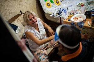 Un paramédico asiste a una mujer con síntomas de covid-19, en Nezahualcoyotl (México), el pasado 15 de junio.