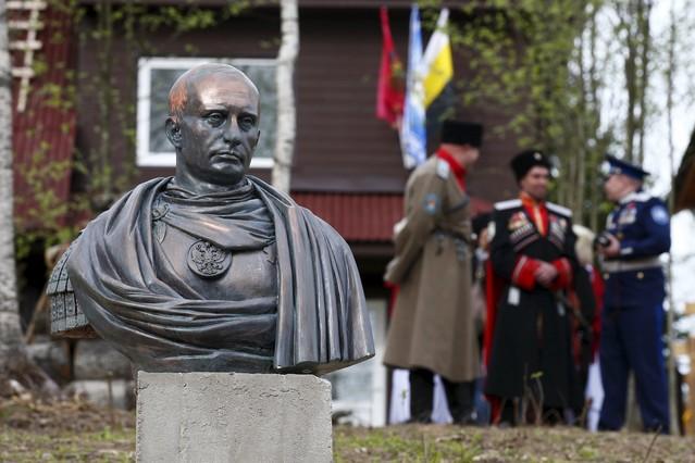 Cosacos junto al busto de Putin como emperador romano.