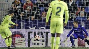 Coutinho marca el gol de penalti al Levante en el tramo final del partido.