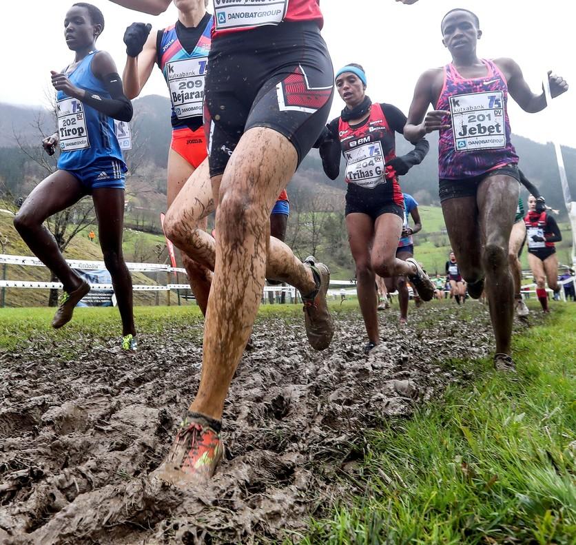 Las atletas sobre el barro de Elgoibar.