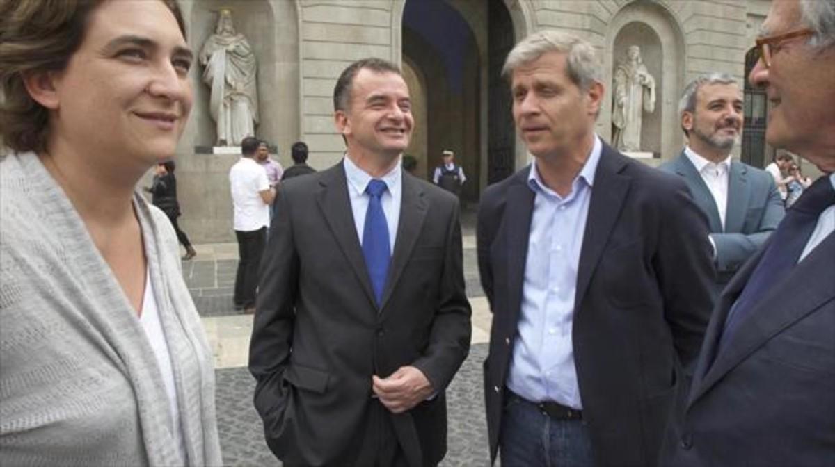 Colau, junto a Alfred Bosch (ERC),Alberto Fernández Díaz (PP), Jaume Collboni (PSC) y Xavier Trias (CiU), en la plaza de Sant Jaume.