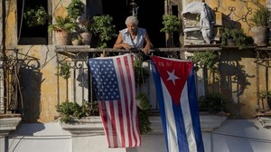 Un vecino de la Habana coloca la bandera de Cuba y Estados Unidos en el balcón de su apartamento en diciembre del 2014.