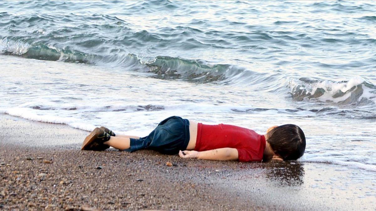 El cuerpo de Aylan Shenu, el niño kurdo que apareció ahogado en septiembre del 2015 en una playa turca.