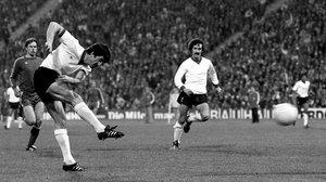 David Johnson dispara en presencia de Terry McDermott en el partido de vuelta jugado en Múnich.