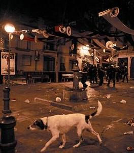 Desalojo pacífico de la plaza del Raspall, en las fiestas del 2010.