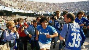 Diego Armando Maradona salta al estadio San Paolo, de Nápoles, en los años de gloria, a mitad de los 80.