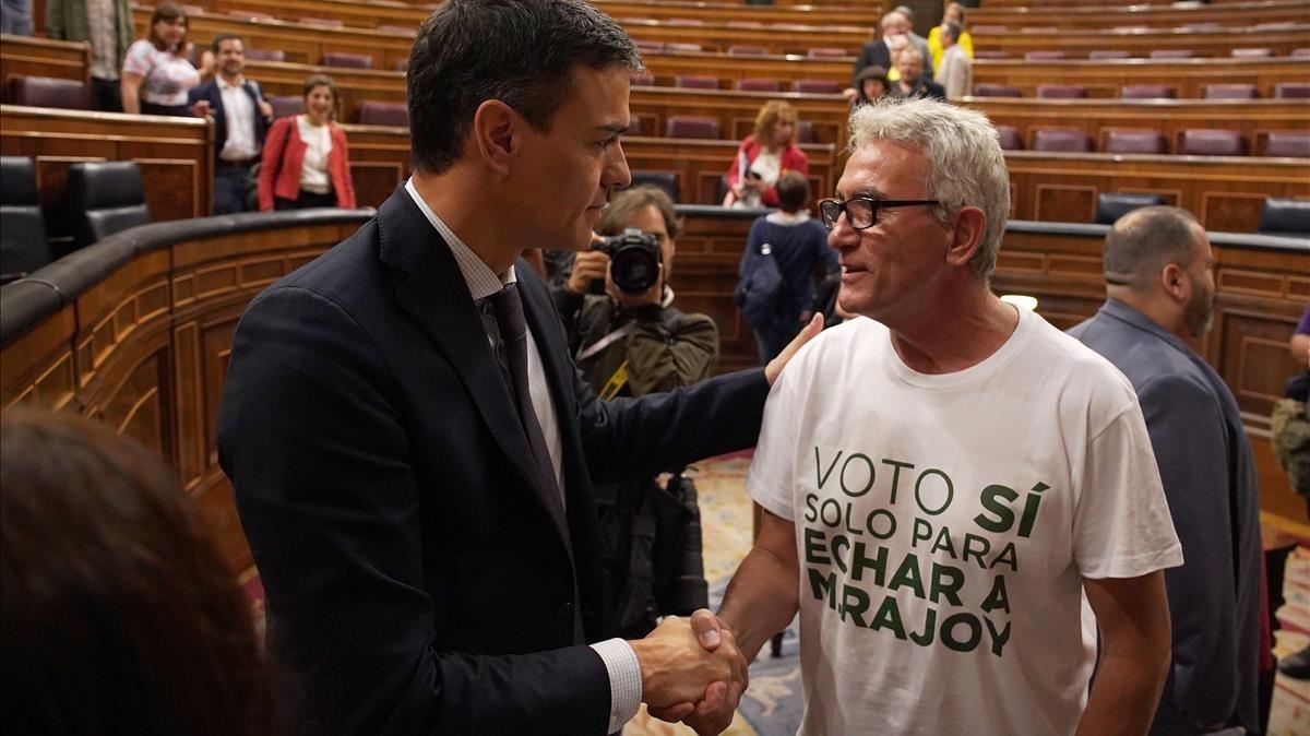 Diego Cañamero, con una original camiseta, felicitando al nuevo Presidente.