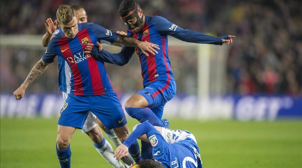 Digne y Rafinha intentan superar a Tito en el Barça-Leganés del Camp Nou.
